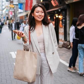 Retrato de mulher jovem sorrindo