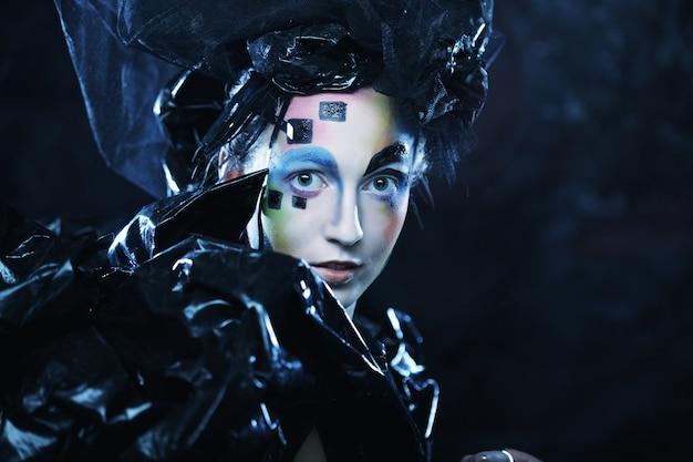 Retrato de mulher jovem stylisn com rosto criativo. festa de halloween.