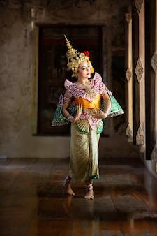 Retrato de mulher jovem tailandesa bonita no traje tradicional de kinnaree. cultura da arte tailândia dançando no khon mascarado kinnaree na literatura amayana, cultura da tailândia khon, ayuttaya, tailândia.