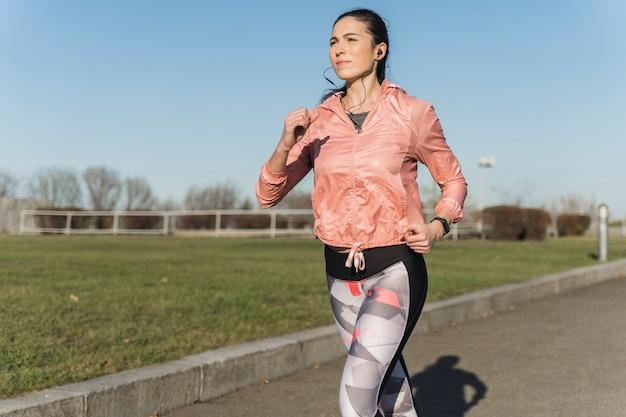 Retrato de mulher jovem, treinamento ao ar livre