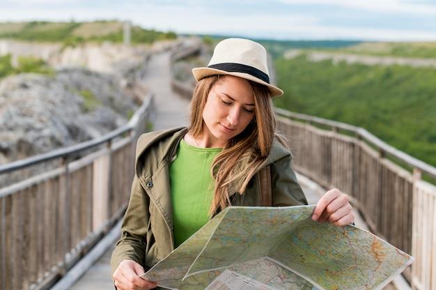 Retrato de mulher jovem, verificando o mapa