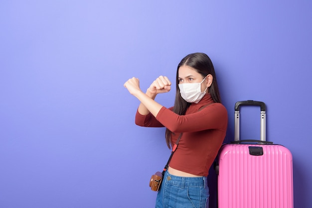 Retrato de mulher jovem viajante com máscara facial, novo conceito de viagem normal