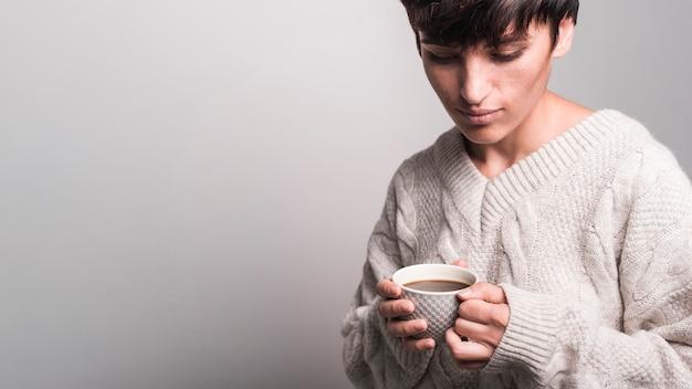 Retrato, de, mulher jovem, xícara café segurando