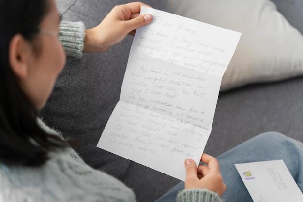 Retrato de mulher lendo carta de perto