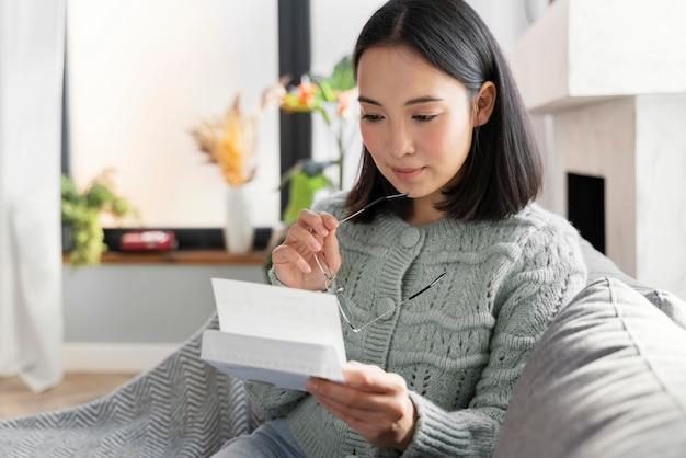 Retrato de mulher lendo carta