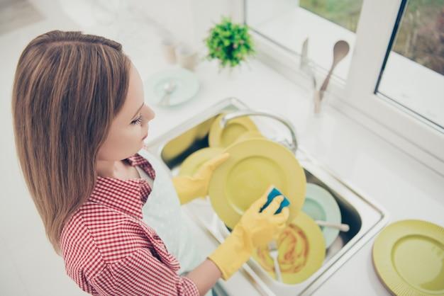Retrato de mulher limpando a casa