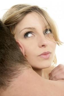 Retrato de mulher loira linda, abraço com um homem