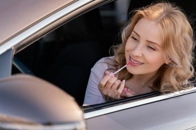 Retrato de mulher loira no carro