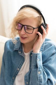 Retrato de mulher loira ouvindo música