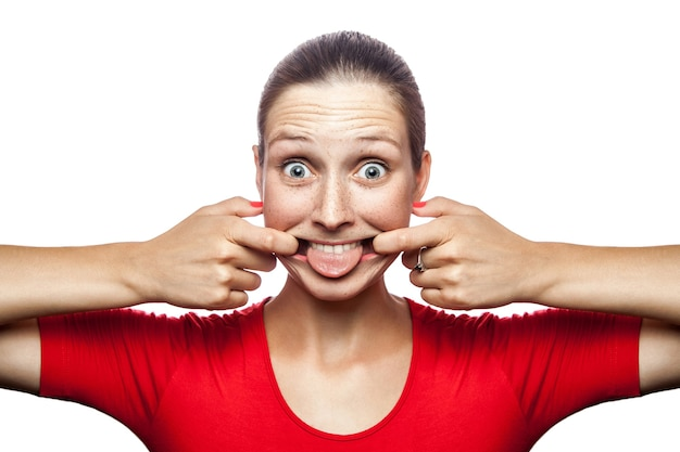 Retrato de mulher louca e engraçada em camiseta vermelha com sardas
