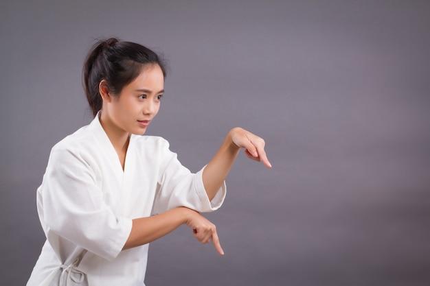 Retrato de mulher lutadora; mulher asiática praticando artes marciais chinesas