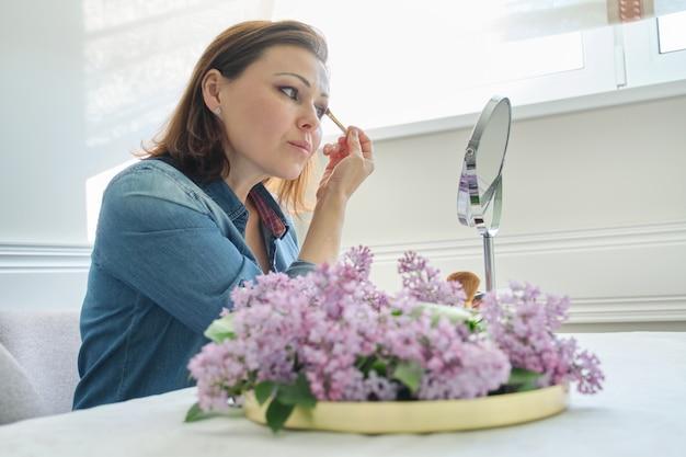 Retrato, de, mulher madura, com, espelho maquiagem