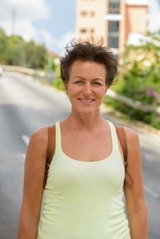 Retrato de mulher madura linda turista nas ruas ao ar livre