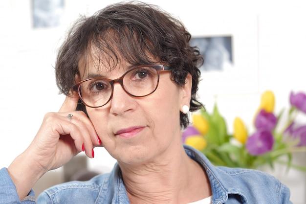 Retrato de mulher madura morena com óculos