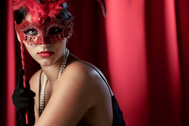 Retrato de mulher misteriosa com máscara de carnaval