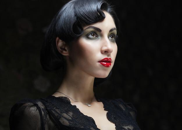 Retrato de mulher moda com cabelo preto.