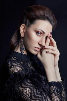 Retrato de mulher moda contraste com grandes olhos azuis