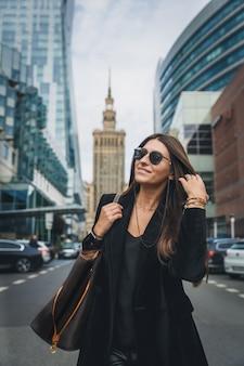 Retrato de mulher moda jovem bonita na moda posando na cidade na europa.