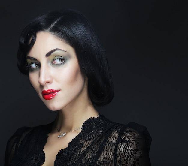 Retrato de mulher moda. menina de beleza com cabelo preto.