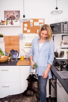 Retrato, de, mulher moderna, casa, com, cão
