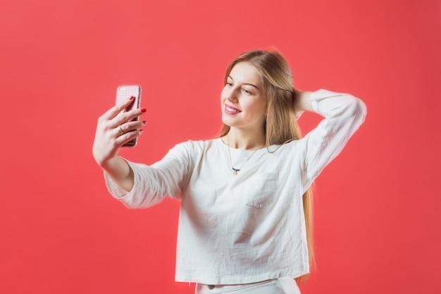 Retrato, de, mulher moderna, com, smartphone