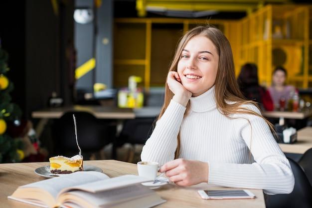 Retrato, de, mulher moderna, em, loja café