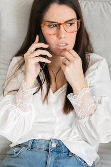 Retrato de mulher morena falando no telefone
