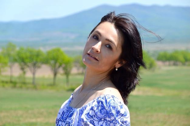 Retrato de mulher morena russa olhando para a câmera