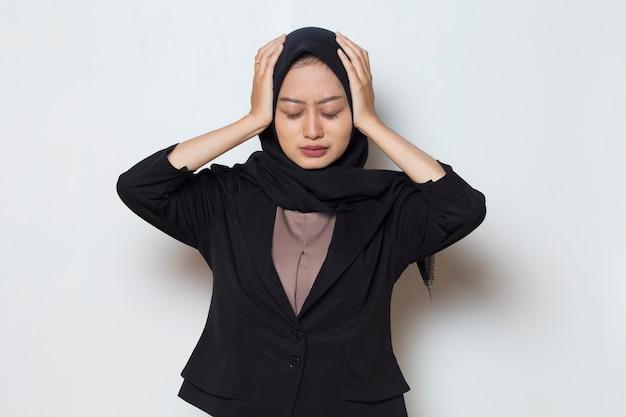 Retrato de mulher muçulmana doente e estressada com dor de cabeça