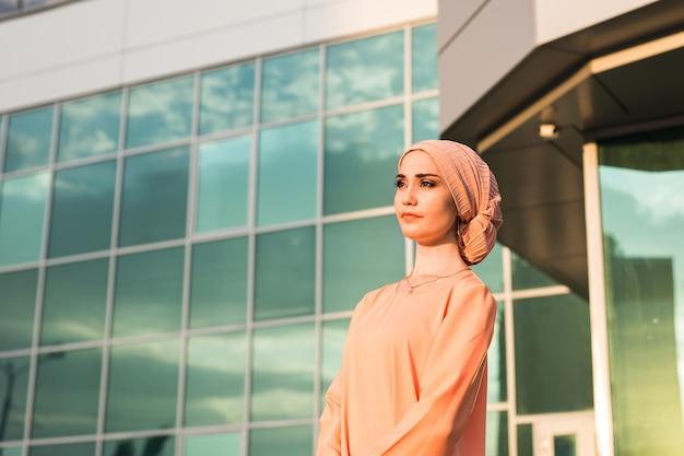 Retrato de mulher muçulmana usando hijab