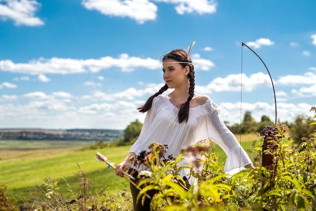 Retrato de mulher muito indiana posa em uma natureza circundante. caçadora nativa americana ao ar livre