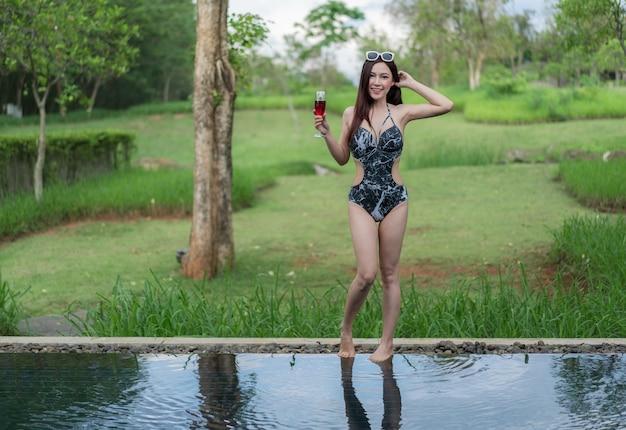 Retrato de mulher na piscina