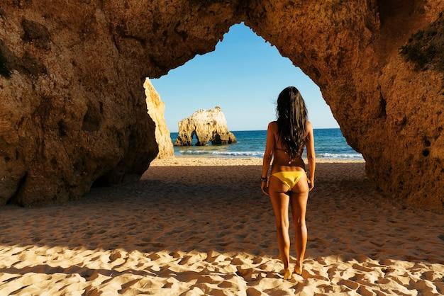 Retrato de mulher na praia dos três irmãos no algarve, portimão, portugal