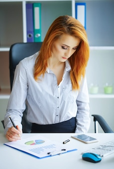 Retrato, de, mulher negócio, com, cabelo vermelho