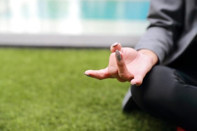 Retrato, de, mulher negócio, mão, fazendo, ioga, ao ar livre