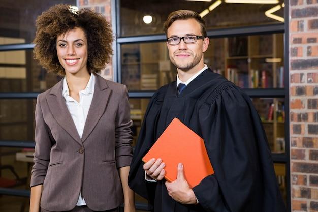 Retrato, de, mulher negócios fica, com, advogado, perto, biblioteca, em, escritório