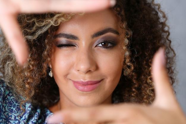 Retrato de mulher negra bonita. ela colocou a mão