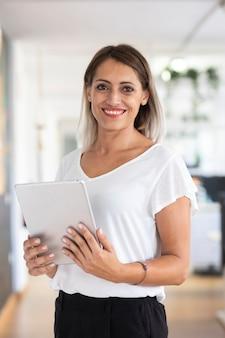 Retrato de mulher no escritório com tablet