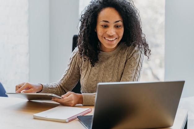 Retrato de mulher no escritório