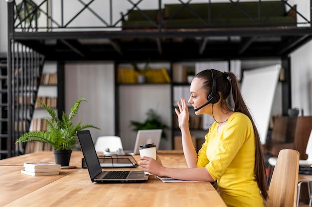 Retrato de mulher no trabalho, com videochamada