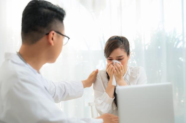 Retrato de mulher obstetra-ginecologista consultando mulher em consultório médico