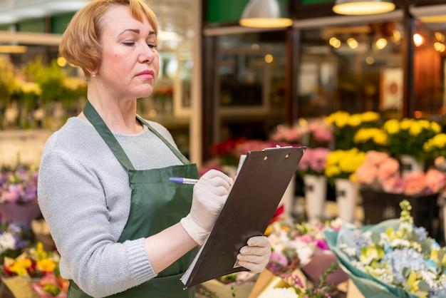 Retrato de mulher organizando flores