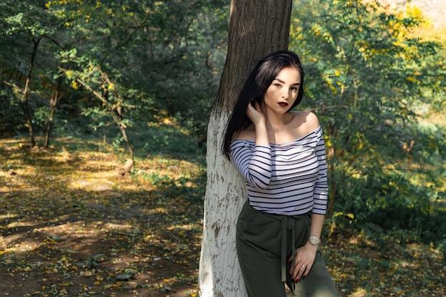 Retrato de mulher outono ao ar livre no parque