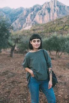 Retrato de mulher pequena fofa adorável e atraente ou jovem mulher viajando sorrindo
