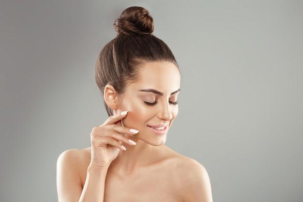 Retrato de mulher perfeita pele limpa