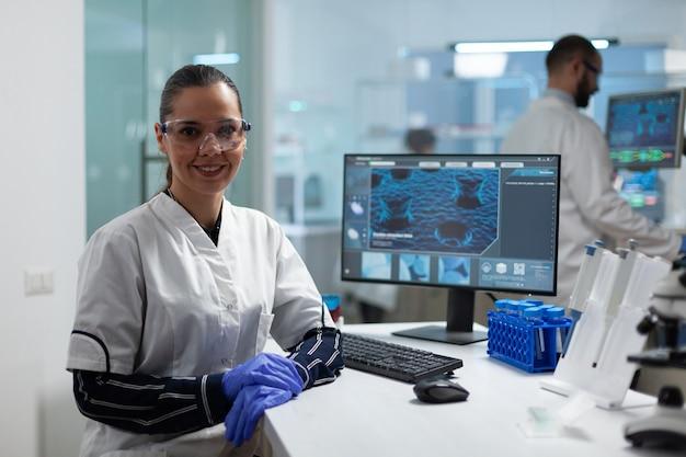 Retrato de mulher pesquisadora científica trabalhando no laboratório de microbiologia de um hospital