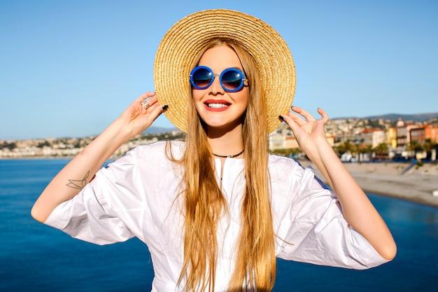 Retrato de mulher posando perto do mar azul