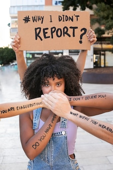 Retrato de mulher protestando por seus direitos
