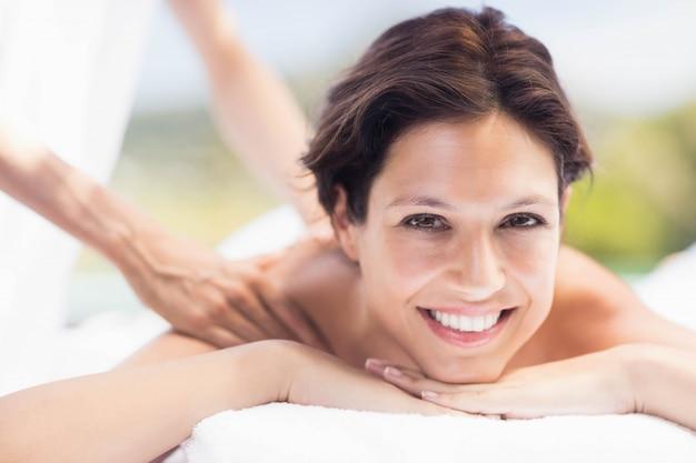 Retrato, de, mulher, recebendo, um, massagem traseira, de, massagista, em, um, spa