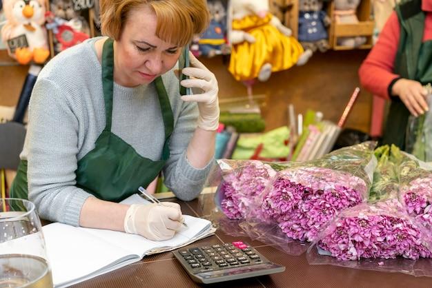 Retrato de mulher responsável pela loja de flores
